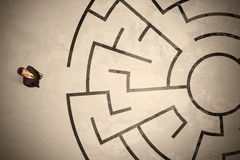 寻找在圆迷宫的失去的商人一个方式 库存图片