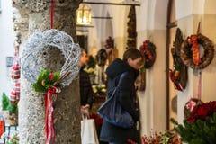 寻找在奥地利的市场的女孩一些圣诞节礼物 免版税库存照片
