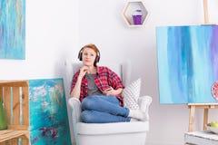 寻找在她喜爱的音乐的启发 免版税库存图片