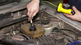 寻找在汽车冷却回路的泄漏 影视素材