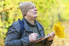 寻找在片剂个人计算机的远足者信息在公园 免版税库存照片