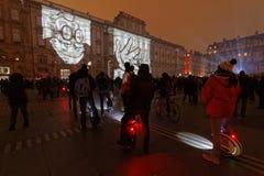 寻找在Palais圣皮埃尔墙壁上的人们展示  免版税库存照片