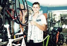 寻找新的体育自行车的成人十几岁的男孩 图库摄影