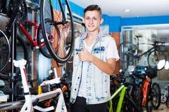 寻找新的体育自行车的成人十几岁的男孩 免版税图库摄影