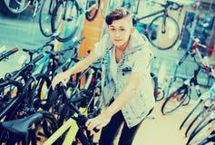 寻找新的体育自行车的成人男孩 库存图片