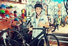 寻找新的体育自行车的正面十几岁的男孩 免版税图库摄影