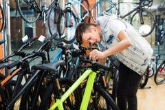 寻找新的体育自行车的正面男孩 库存照片
