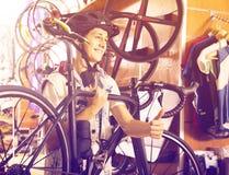 寻找新的体育自行车的高兴的十几岁的男孩 免版税图库摄影