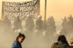 寻找新的最大安全监狱的废止的左派分子和无政府主义者小组,发生冲突与防暴警察 免版税库存照片