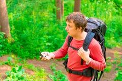 寻找方式的背包徒步旅行者 免版税图库摄影