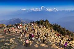 寻找日出的人们在喜马拉雅山 免版税库存图片