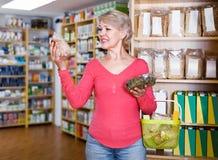 寻找有机食品的可爱的妇女顾客 免版税库存图片