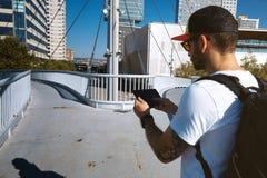 寻找正确的方式的桥梁的游人 免版税图库摄影