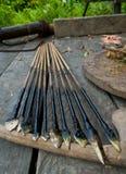 寻找的使用Mentawai部落的人箭头 免版税库存图片