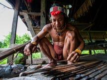 寻找的使用Mentawai部落的人箭头 库存图片