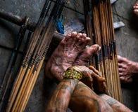 寻找的使用Mentawai部落的人箭头 图库摄影