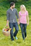 寻找野餐的正确的地方。爱恋的年轻夫妇是g 图库摄影