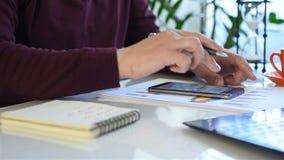 寻找财务数据的商人 影视素材