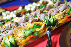 承办宴席新鲜和teasty食物 免版税库存图片