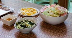 承办的自助餐亚洲食物盘 免版税库存照片
