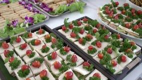 承办酒席与微型三明治的选择的自助餐桌 股票录像