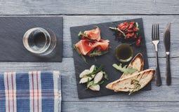 承办酒席与熏火腿和无盐干酪的盛肉盘开胃小菜 库存照片