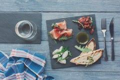 承办酒席与熏火腿和无盐干酪的盛肉盘开胃小菜 图库摄影