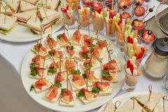 承办酒席开胃菜、快餐和点心食物桌  免版税图库摄影