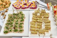 承办酒席开胃菜、快餐和点心食物桌  免版税库存图片