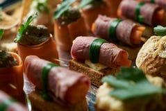 承办酒席服务有点心和开胃三明治的自助餐板材 免版税库存照片