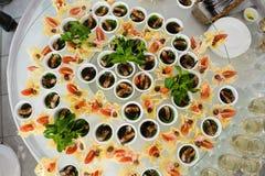 承办酒席服务板材 在塑料的开胃三明治在桌黏附rangeSandwiches自助餐 库存图片