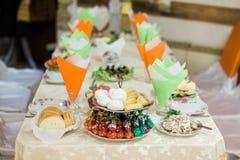 承办酒席桌集合或服务的宴会桌 免版税库存图片