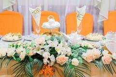 承办酒席桌集合或服务的宴会桌 免版税库存照片