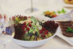 承办酒席用不同的食物快餐和开胃菜的宴会桌在公司圣诞节生日聚会事件 库存照片