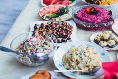 承办酒席用不同的食物快餐和开胃菜的宴会桌在公司圣诞节生日聚会事件 库存图片