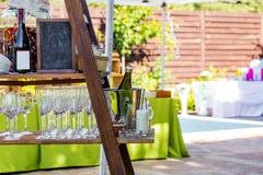 承办酒席立场, bottlesand的构成与玻璃的其他为室外党做准备 免版税库存照片