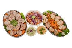 承办酒席食物 滚动的猪肉、滚动的鸡、沙拉和上升 免版税图库摄影