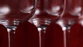 承办酒席,党概念:在红宝石背景的酒杯 选择聚焦 库存图片