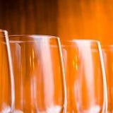 承办酒席,党概念:在黄色背景的酒杯 选择聚焦 免版税图库摄影
