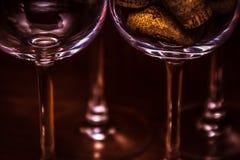 承办酒席,党概念:空的酒杯和玻璃的特写镜头图象用在黑暗的木背景的酒黄柏填装了 精选 免版税库存照片