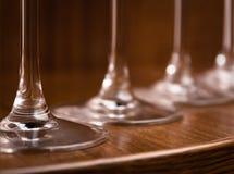 承办酒席,党概念:酒杯的特写镜头图象在黑暗的木背景的 选择聚焦 图库摄影