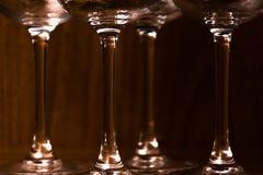 承办酒席,党概念:酒杯的特写镜头图象在黑暗的木背景的 选择聚焦 免版税库存照片