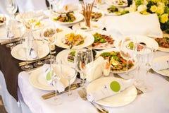 承办酒席宴会桌用另外食物 免版税图库摄影