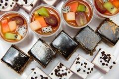 承办宴席的开胃菜许多小点心 免版税图库摄影