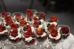 承办宴席的早午餐的果子杯子 免版税库存照片