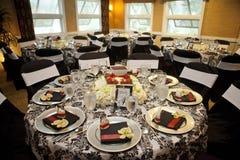 承办宴席的晚餐的典雅的设定 免版税库存照片