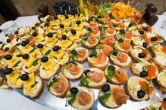 承办宴席-与各种各样的快餐的服务的桌,点心 图库摄影