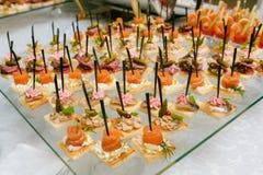 承办宴席-与各种各样的快餐的服务的桌 库存图片