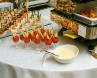承办宴席-与各种各样的快餐的服务的桌 库存照片