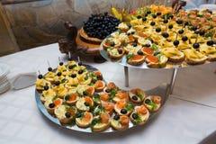 承办宴席-与各种各样的快餐的服务的桌 免版税库存照片